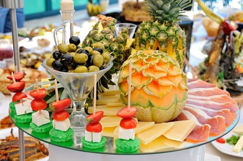 10 Nifty Ways to Stick to Your Diet at Parties